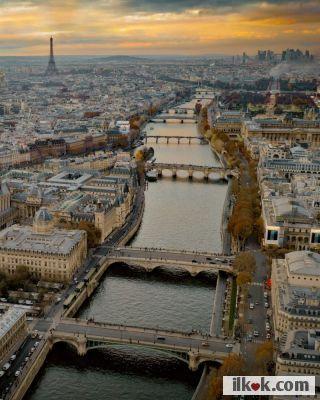 Fransa Paris :heart1: Buda peşteye çok benziyor. Budapeşte sandım. sonra baktım Eyfel kulesi var.